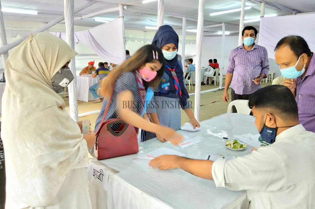A student signs up for the vaccine