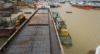 Oil barge sinks in Bay amid inclement weather