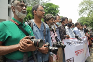 In Pictures: Various journalist organizations stage a human chain for journalist Rozina Islam