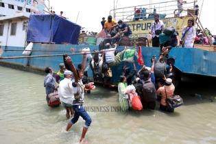 In Pictures: Mawa ghat sees huge rush of homebound people