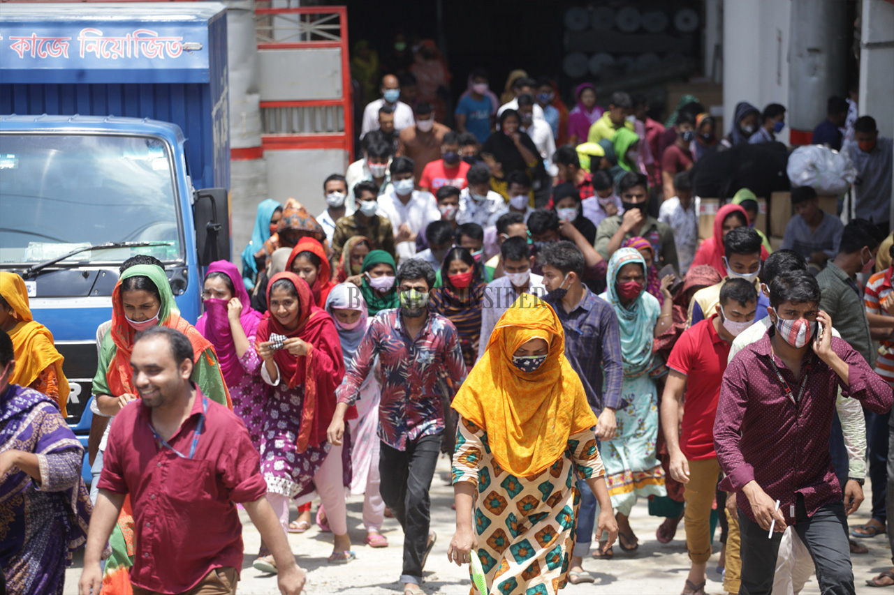 A good number of garment workers are seen not wearing masks