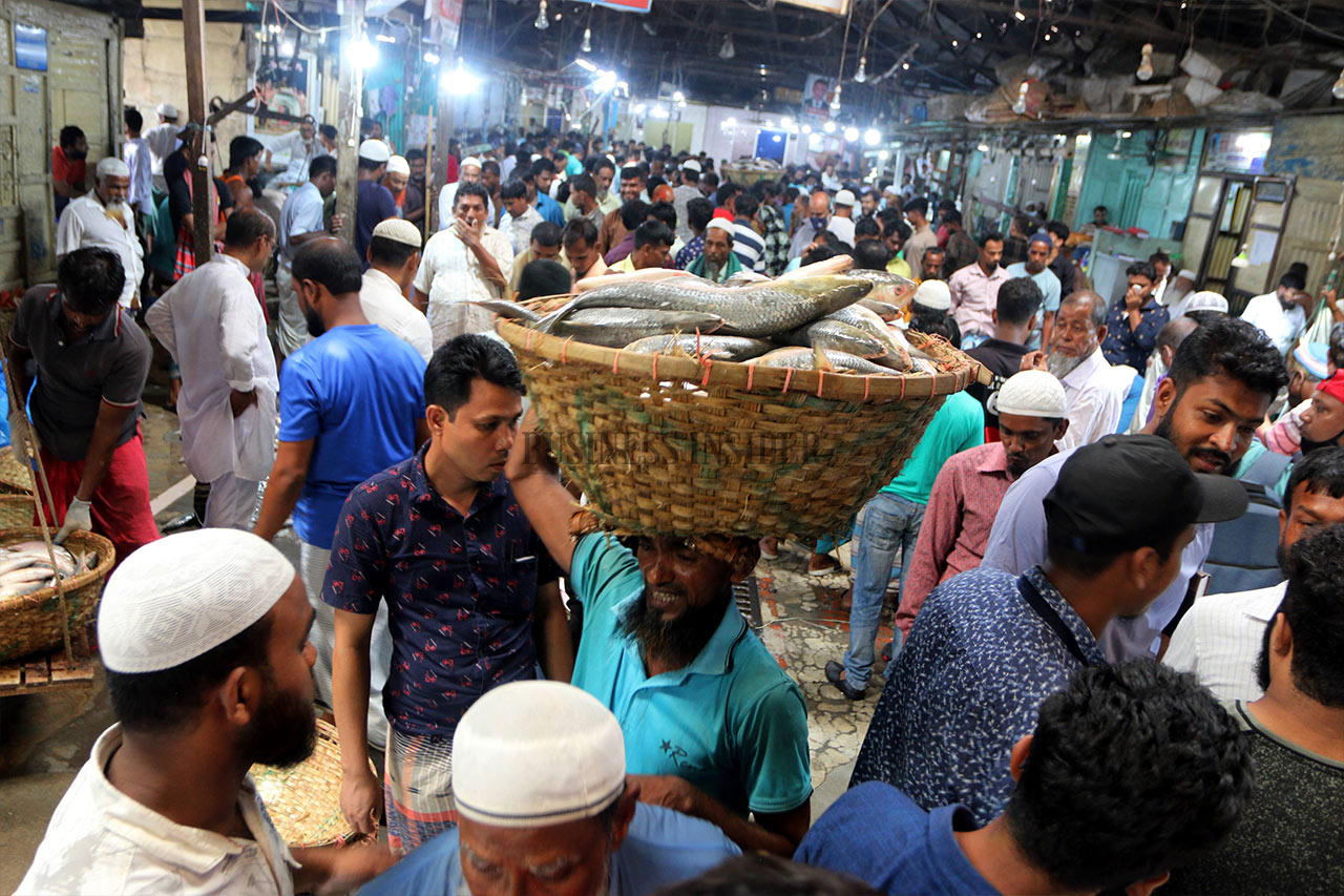 Mad rush at a Fishery ghat in Chadpur